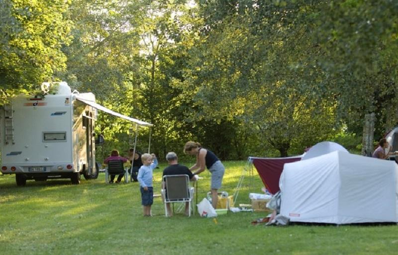 Campin_river_camp